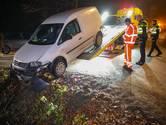 Eenzijdig ongeval in Apeldoorn: bestelbusje met pakketjes belandt in de greppel