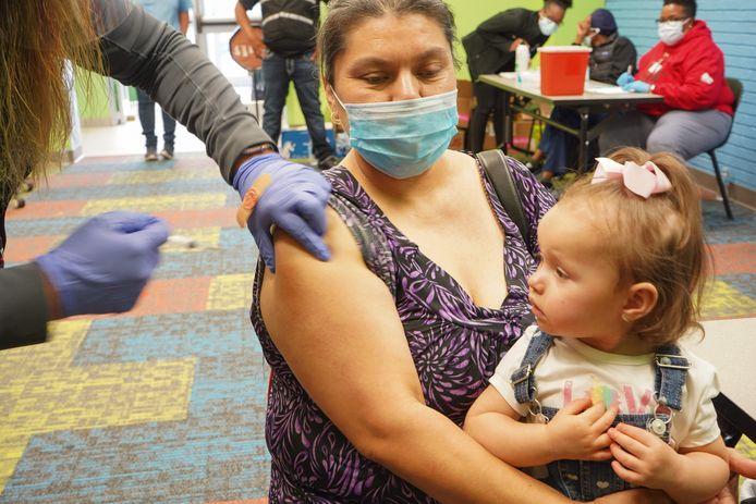 Een vrouw ontvangt haar covidvaccin een bibliotheek in Pasadena, Texas.