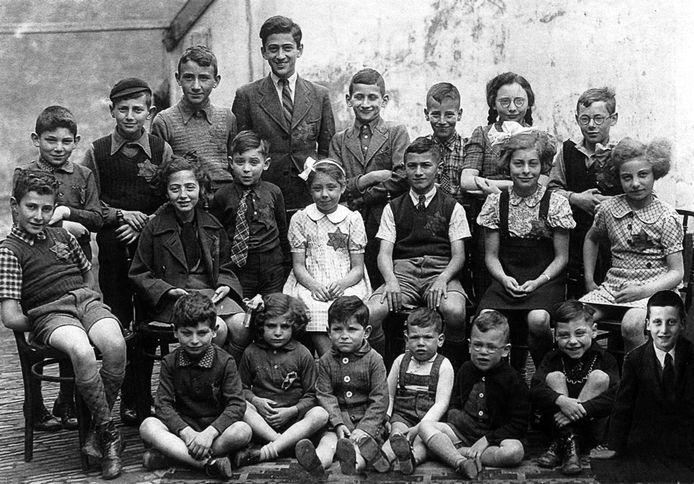 Centraal op deze foto uit 1943 zit Felice Polak in het witte jurkje. Zij overleefde als enige van deze klas de Tweede Wereldoorlog. Alle andere kinderen op de foto werden vermoord in de concentratiekampen. De foto is genomen op de binnenplaats van de oude synagoge aan de Golstraat, nu achter het huidige Etty Hillesum Centrum.