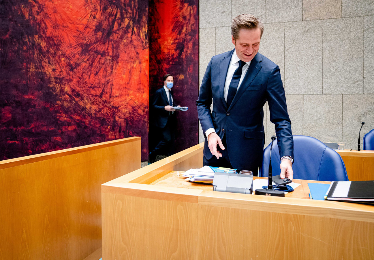 Demissionair Minister Hugo de Jonge van Volksgezondheid, Welzijn en Sport (CDA) en demissionair premier Mark Rutte in de Tweede Kamer tijdens een debat over de ontwikkelingen rondom het coronavirus.
