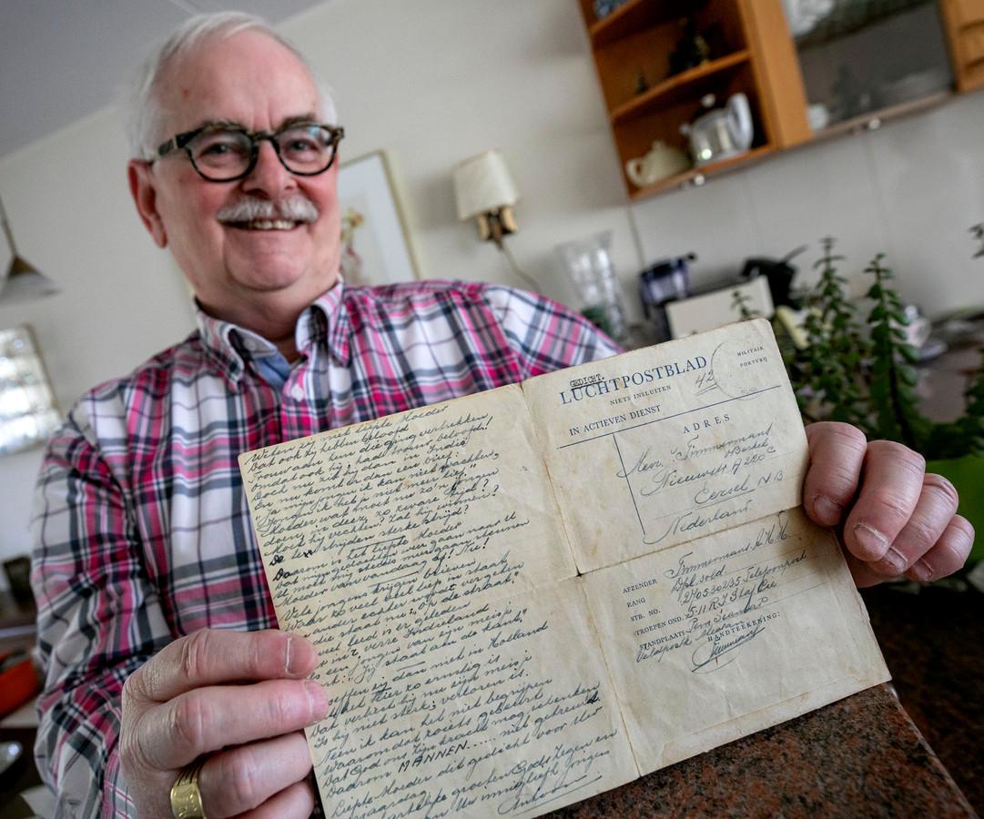 Harry Timmermans uit Eindhoven met oude brief van zijn broer uit Indië.