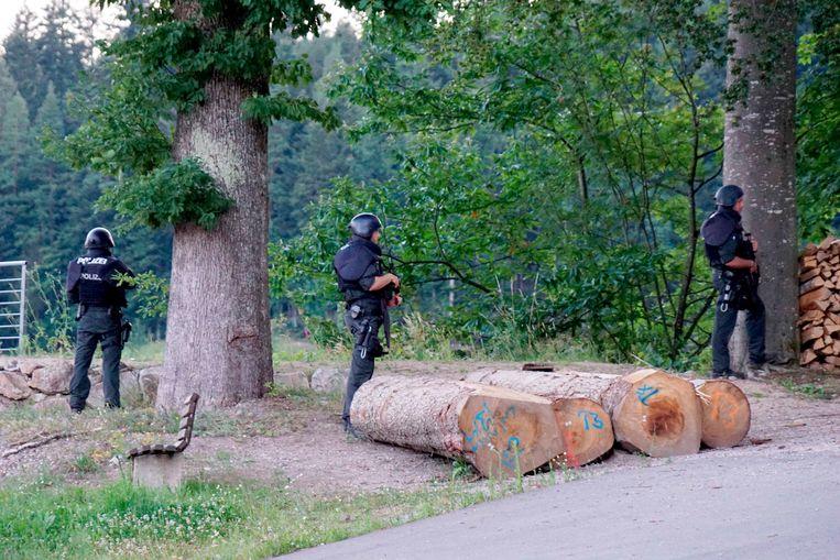 Agenten bewaken een weg in de buurt van Oppenau. Beeld AP