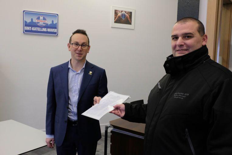 Michael Saey overhandigde vrijdagochtend een petitie aan burgemeester Kristof Sels.