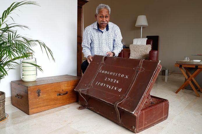 Met deze koffer kwam Izaac Singadji (70) uit Doesburg in 1951 naar Nederland.