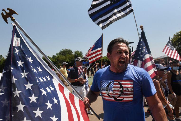 De Q op het shirt van deze man, op een rally in New York City om de Republikeinen te steunen, verwijst naar de complottheorie QAnon.  Beeld REUTERS