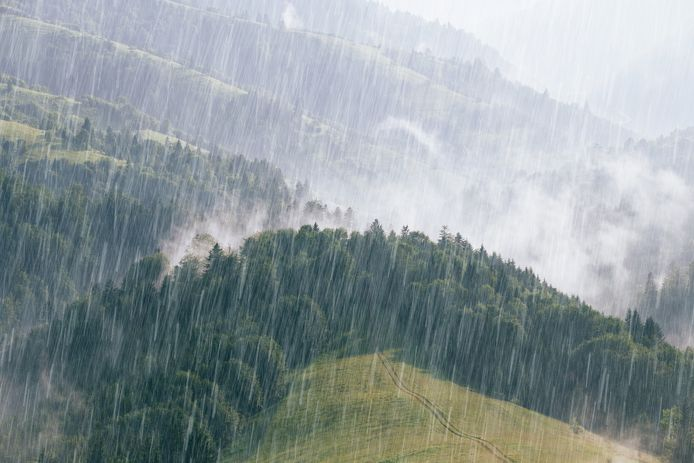 Hevige regenval in de Roemeense Karpaten.