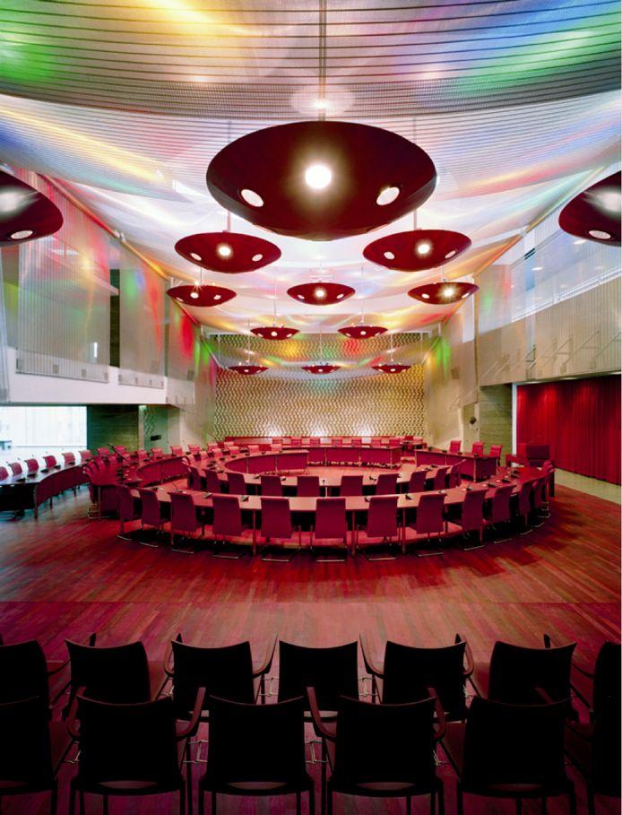 De raadzaal in het stadhuis van Eindhoven in 2002 met de kunstwerken van Staal/Christensen. Deze zijn vernietigd.