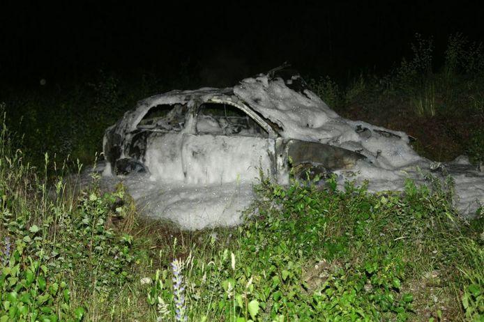 Een auto is in Glanerbrug in vlammen op gegaan