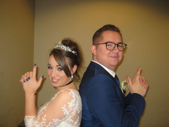 Kristel en Mike trouwden eind vorig jaar in de gevangenis van Hasselt. Deze pose is een knipoog naar hun lievelingsfilm 'Mr. & Mrs. Smith', een actiekomedie waarin Angelina Jolie en Brad Pitt huurmoordenaars spelen die de opdracht krijgen elkaar te vermoorden.