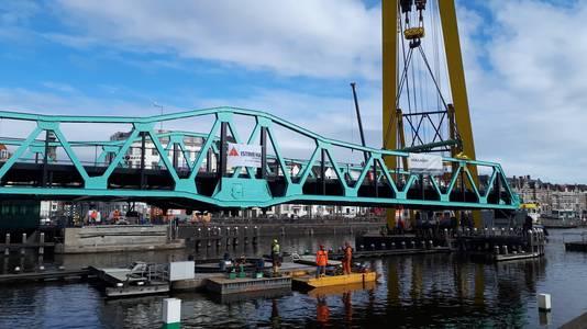 De brug hangt bijna op zijn plek.