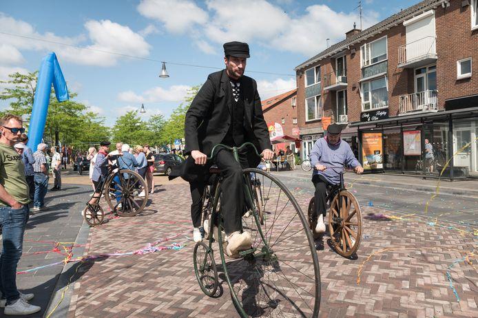 Leden van de Losserse Böggelrieders luisterden de officiële opening van de Gronausestraat op met fietsen van 100 jaar oud.