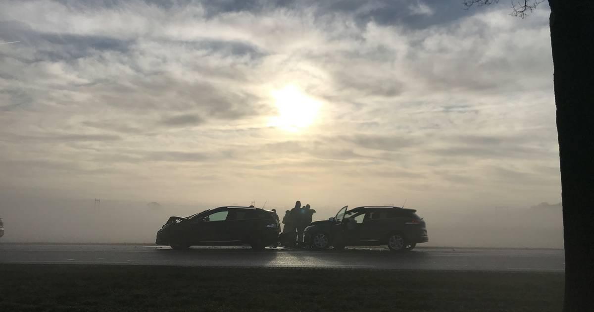Meerdere aanrijdingen op N350 door dichte mist: weg tussen Rijssen en Holten dicht.