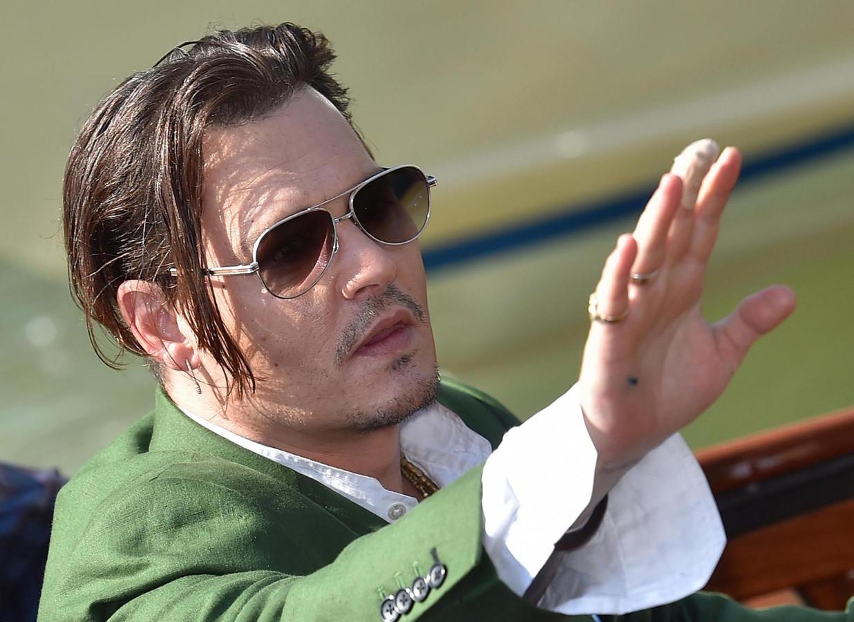 Depp op een foto van midden vorig jaar, de middelvinger van de rechterhand in het verband.