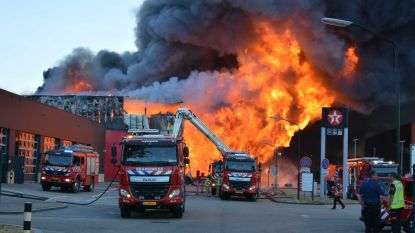 Zware industriebrand net over de grens: inwoners Arendonk, Mol en Lommel moeten ramen en deuren sluiten