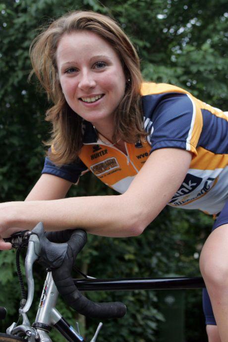 Club van olympisch kampioene Van Vleuten ziet zege als gerechtigheid: 'Mooi dat ze het vandaag heeft afgemaakt'
