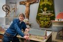 Rosmalla-voorzitter Rien van den Broek in  een van de kelders bij de maquette van een voormalige basisschool.