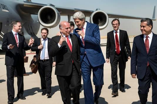 Fuad Hussein praat met John Kerry.