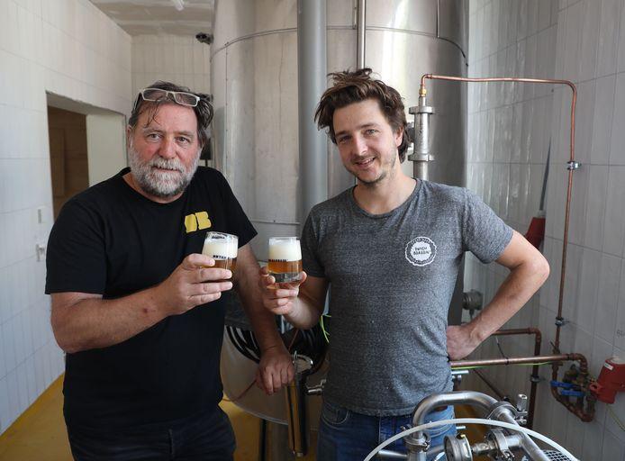 Marc Menue (links) en Thibo Baccarne in de brouwerij van het Brouwerslokaal. Ze zijn bijna klaar om hun proef- en eetlokaal te openen.