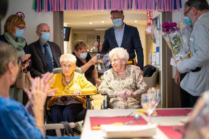 Applaus en bloemen voor Paula Tonnoeyr en Maria Vandenbussche voor hun 100ste verjaardag.