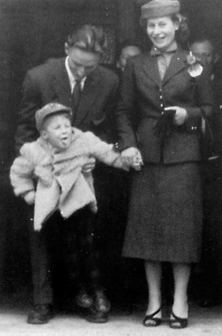 'Met alleen de genen van mijn moeder was ik allang dood geweest. Geen remmen, hè!' (Arno als kleine rebel, 1953) Beeld