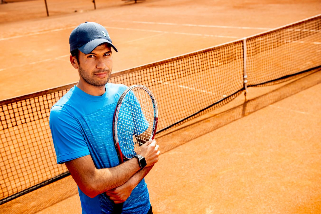 """Sattar Shamous (33) heeft als politieke vluchteling bijna zijn diploma als tennisleraar te pakken. ,,Tennis is mijn passie. En daar kan ik nu mijn werk van maken."""""""