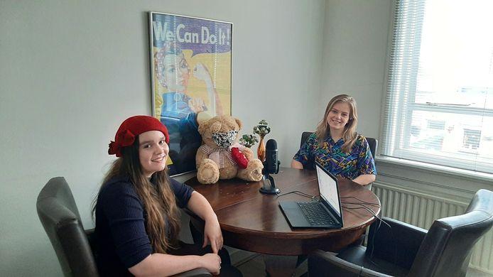 Hannah (links) en Hanneke (rechts) gedurende de opname van hun podcast