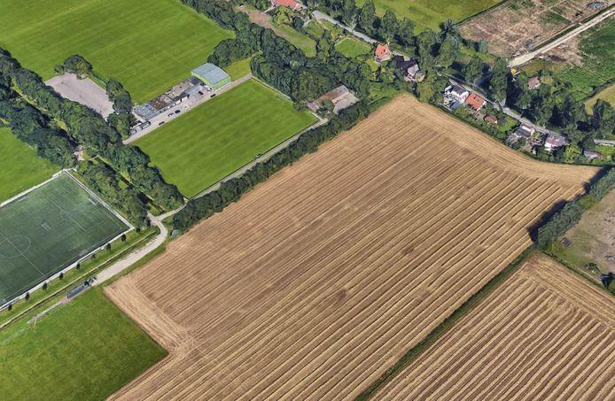 Het stuk grond waar De Vrije Tuinder aanvankelijk moet komen, met rechtsboven de huizen aan de Zuidendijk en linksonder het huidige terrein van de radiovliegclub. Ook die schuift in de aangepaste plannen iets op.