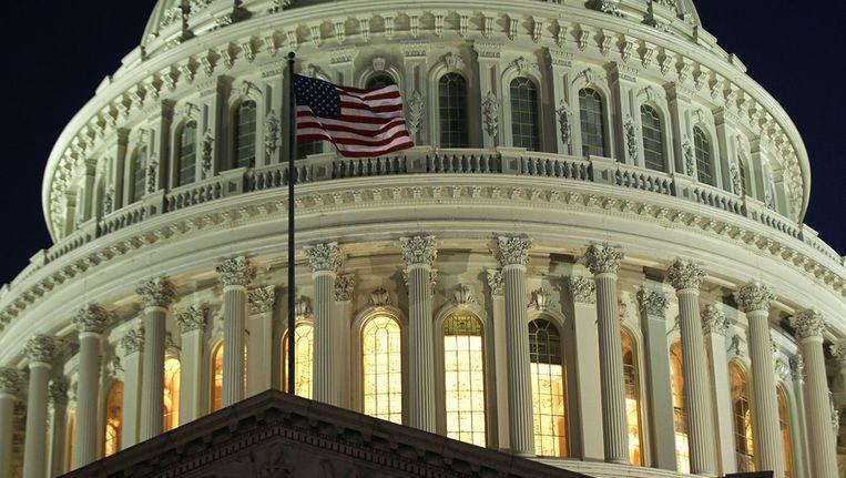 Licht brandt nog op Capitol Hill, waar gisteravond tot laat werd vergaderd. Beeld afp