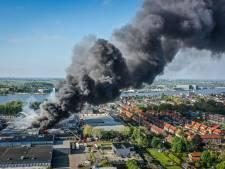 Brand in bedrijfsgebouw Lekkerkerk onder controle, groot deel van pand verloren