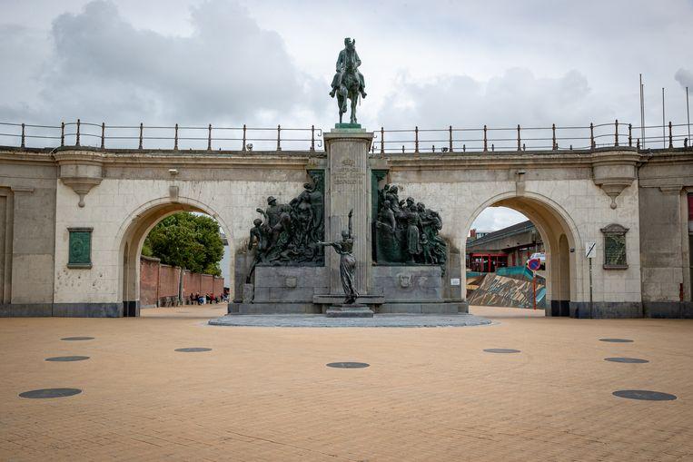 In Oostende werd er rode verf gespoten over een beeld van Leopold II, uit woede over zijn wandaden in Congo. Beeld BELGA