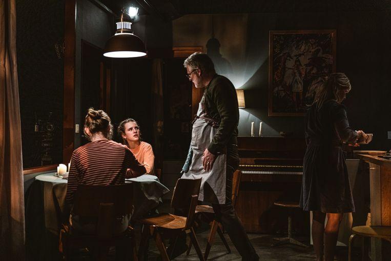 Filip Peeters, An Miller en hun tienerdochters Louise en Leonce in de NTGent-voorstelling 'Familie'. Beeld Michiel Devijver/NT Gent