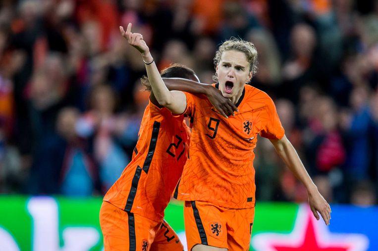 Vivianne Miedema richt zich na haar doelpunt tegen Tsjechië (1-1) op het publiek, in de hoop dat het Nederland nog aan de overwinning kon helpen. Achter haar Lineth Beerensteyn.  Beeld ANP