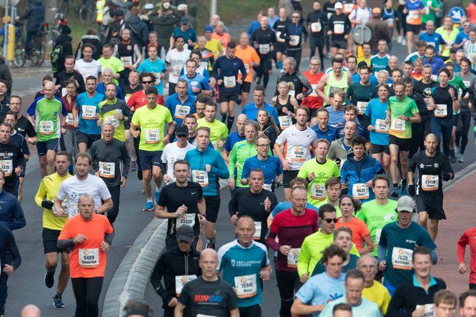 Een massa mensen op de been tijdens de laatste editie van de Zevenheuvelenloop. Op 21 november zullen de wegen rond Nijmegen weer volstromen met hardlopers. Zij hoeven geen coronatoegangsbewijs te kunnen tonen.