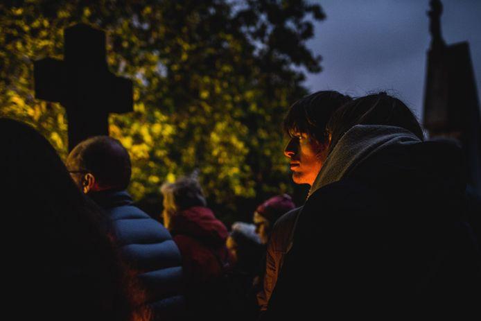 Reveil brengt licht, muziek en poëzie naar de gemeentelijke begraafplaats.
