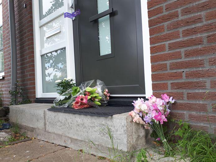 Bij de voordeur van het huis waar het drama zich afspeelde, zijn bloemen gelegd.
