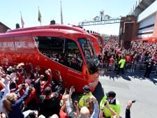 Spelers Liverpool vanmiddag met open bus door de stad