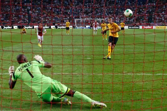 Augustus 2013: De laatste keer dat Ajax in de Arena een strafschop tegen kreeg: Roda JC-speler Wiljan Pluim (r) schiet hoog over.