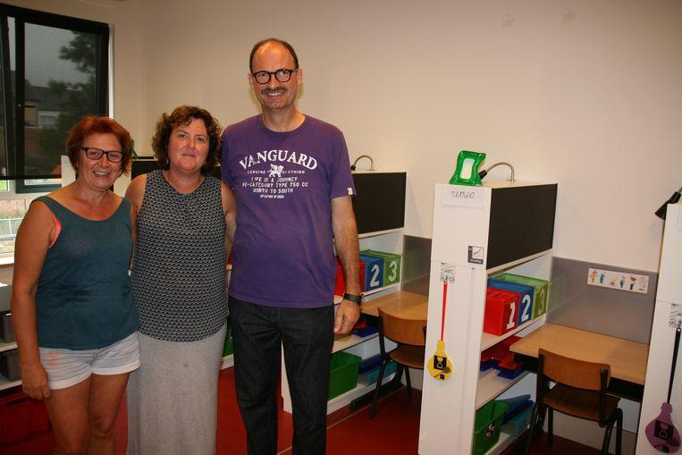 Juf Lieve, juf Charlotte en directeur Ivan Van Den Eeckhout in een van de auti-klasjes, waar elk kind een individuele werkplek heeft.
