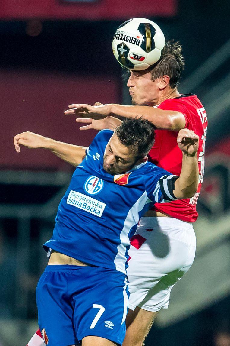 Stijn Wuytens van AZ in duel met Dejan Meleg van Vojvodina. Beeld anp