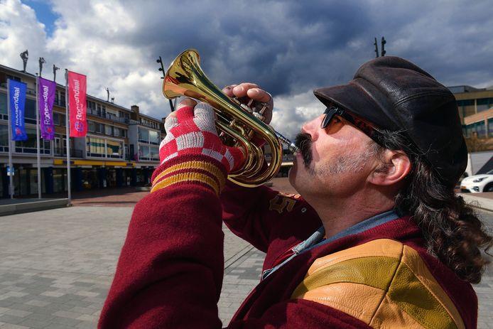 Peter Mathijssen speelt vaak op straat. Nu heeft de politie zijn trompet afgepakt.