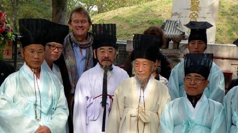 Michael Wood met Koreaanse wetenschappers bij de confuciaanse begraafplaats in Qufu. Beeld BBC