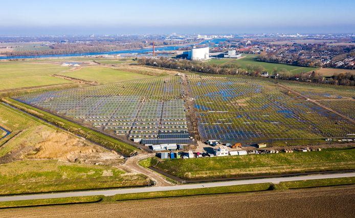 De nieuwe zonneweide van Cosun Beet Company in ontwikkeling, met daarachter het toekomstige bedrijventerrein in Puttershoek.