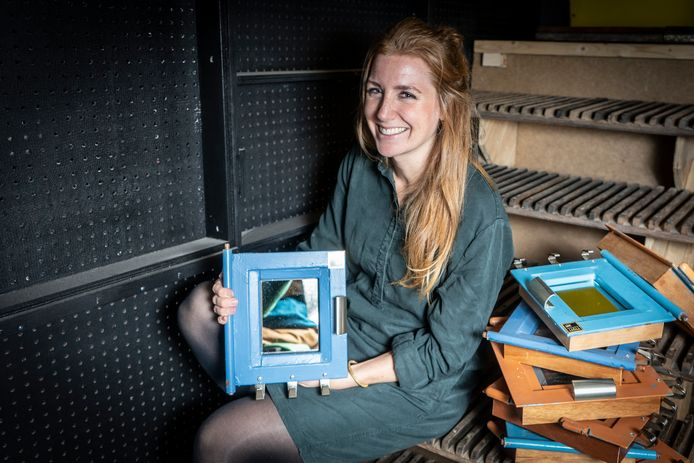 Linda Post met haar 'bajeskassies'. ,,Bij elk exemplaar zit het celdeurnummer.''