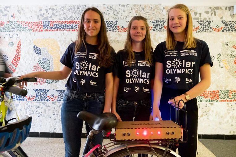 Kato Reynaert, Jente Claes en Eline Angillis bij de uitreiking van 'Het Gat in de Markt' op de Solar Olympics