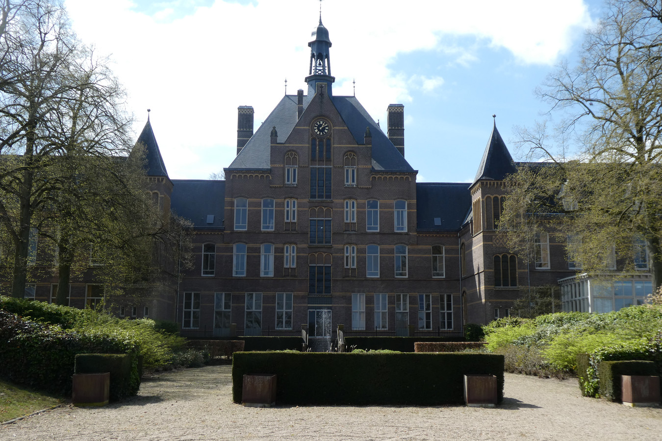 Het 'middenschip' van het hoofdgebouw van Kentalis aan de achterzijde.