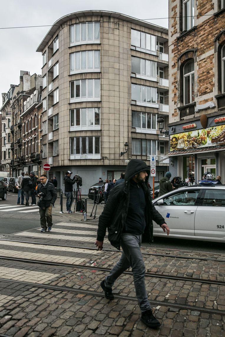 Het flatgebouw in de Max Roosstraat in Schaarbeek waar de terroristen de aanslag voorbereidden. Beeld bas bogaerts