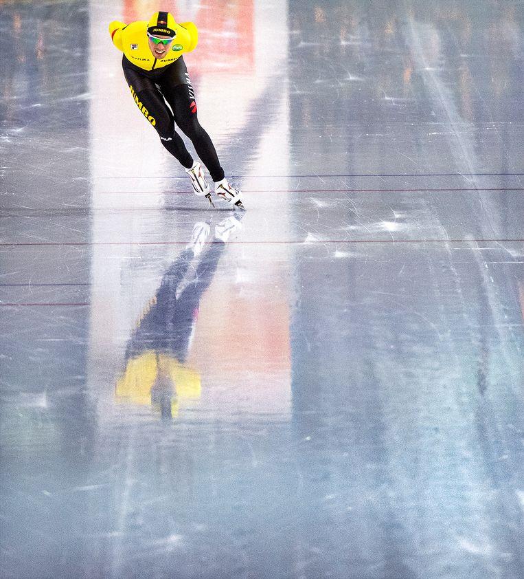 Patrick Roest wint de 5.000 meter in een baanrecord. Beeld Klaas Jan van der Weij / de Volkskrant
