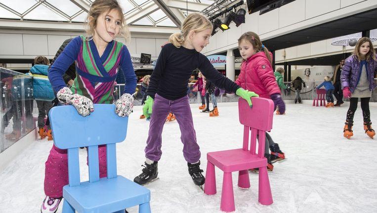 Schoolkinderen van een school uit de Rivierenbuurt mogen een uurtje op de baan in Winkelcentrum Gelderlandplein Beeld Dingena Mol