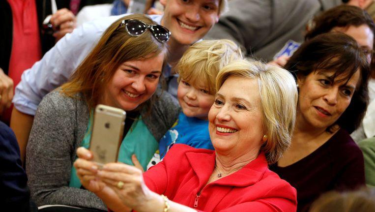 Hillary Clinton poseert op campagne op Transylvania University in Lexington (Kentucky) voor een selfie met haar aanhangers. Beeld null