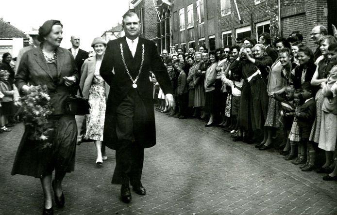 Koningin Juliana tijdens haar rondgang door Hellevoetsluis, een van de zeven gemeenten die zij op 14 mei 1957 in één dag aandeed. Naast haar burgemeester Van Eysinga van toen nog de gemeenten Hellevoetsluis en Nieuwenhoorn.